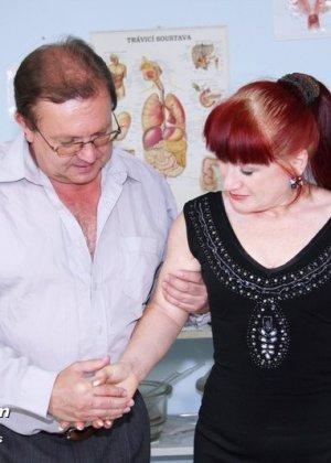 Ольга раздвигает ноги перед опытным гинекологом и разрешает произвести тщательный осмотр