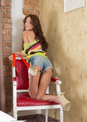 Молодая девушка поражает своим очарованием