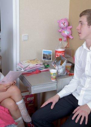 Молодой русский паренек занялся с ботанкой не учебой а развратным сексом