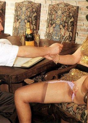В этой галерее можно увидеть, что мода на анальный секс пошла уже давно – парочка занимается этим увлеченно