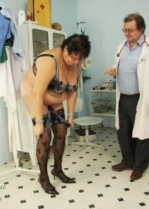 Зрелая женщина в теле показывает себя со всех сторон, доверив свое тело опытному специалисту