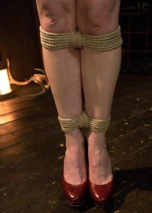 БДСМ от привлекательной брюнетки, ее свяжут и между ног вставят мощный вибратор