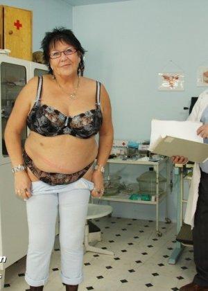 Пожилая женщина приходит на гинекологический осмотр и мужчина профессионально проводит прием