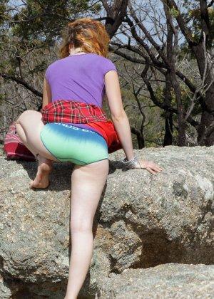Распутница устраивается на природе, чтобы показать все свои укромные местечки