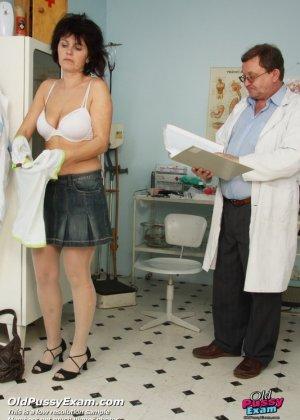 Развратный доктор устраивает зрелой женщине тщательный осмотр – она совсем не ожидала такого