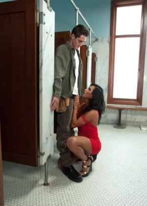 Парнишка с удовольствием принимает пенис грудастой девушки