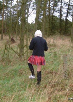 Блондинка в школьной форме фоткается в лесу, девка хочет всем показать вставшие соски и бритую пизду