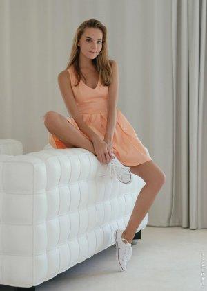 Сексуальная красотка широко раздвигает ножки, чтоб показать все самые интимные зоны своего тела