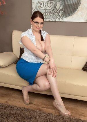 Заводная германская секретарша обнажает свое тело на диване в офисе