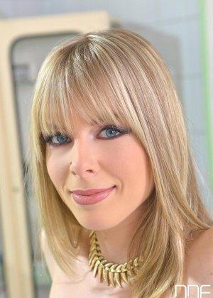 Медбрат в белом халате помог раслабиться худенькой блондинке в трусиках
