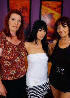 Три похотливые сучки уединяются для того, чтобы получить максимум удовольствия от лесбийской любви