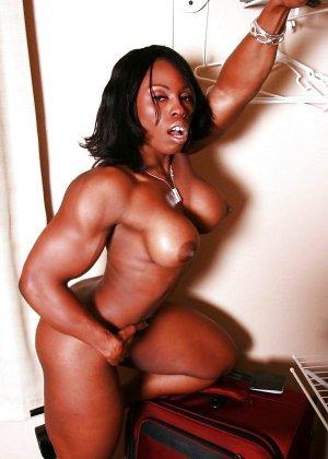 Черная женщина показывает, что занимаясь бодибилдингом можно добиться невероятных результатов
