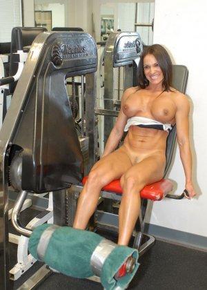 Опытная женщина занимается в спорт-зале, а в итоге оказывается между двумя мужскими членами