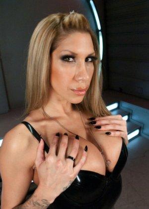Грудастая проститутка устала обслуживать немытые писюны, поэтому снимается с вибраторами в жопе