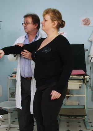 Врач со всех сторон осматривает зрелую пациентку, но больше всего внимания уделяет ее пизде