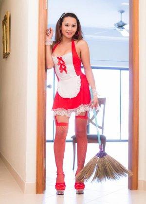 Медсестра с коротким членом вместо пизды сует в попку секс игрушку