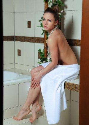 Девушка с бусами на шеи обливает свою киску теплой водой в душе