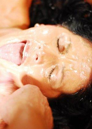 Брюнетке на лицо извергают очень большое количество горячей спермы