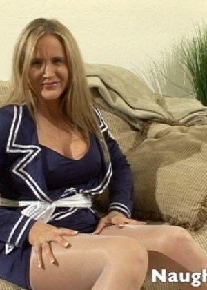 Миловидная блондинка сильно возбудилась, пока мастурбировала, но любовник пришел вовремя, она и пососала и потрахалась