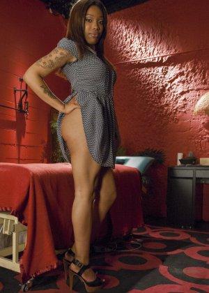Лесбиянка Джессика Фокс открыла массажный кабинет, чтобы приставать к клиенткам с влажными промежностями