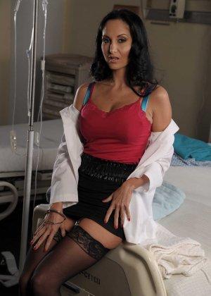 Красивая брюнетка медсестра в черных чулках трахается со своим пациентом
