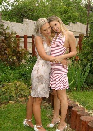Две молодые девушки так увлекаются взаимными ласками, что перестают замечать всё вокруг