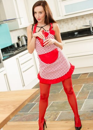 София Смит показывает свою фигуру прямо на кухне