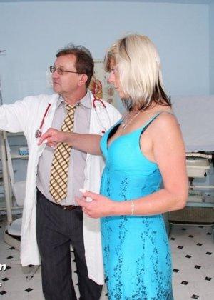 Женщина с удовольствием раздвигает ноги перед опытным гинекологом и даже получает удовольствие от осмотра