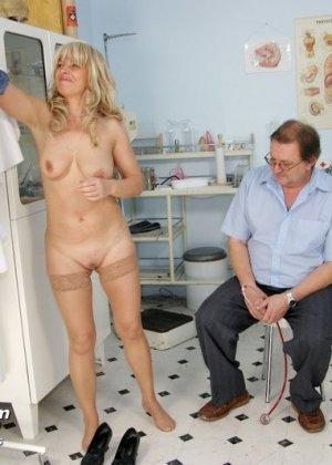 Женщина оказывается на приеме у гинеколога и раздвигает ноги для очень тщательного осмотра
