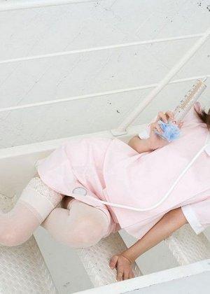Очаровательная японская медсестра Мисо Кукоиден позирует в своем рабочем кабинете
