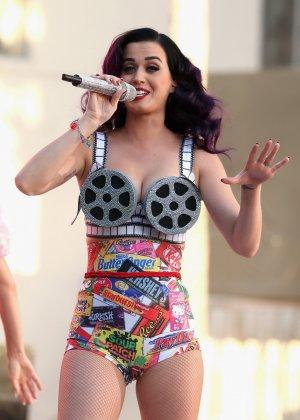 Katy Perry соблазняет своих слушателей эротическими костюмами