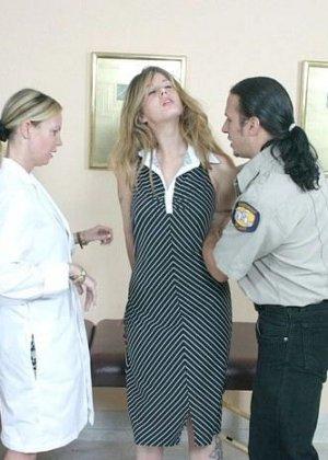 Полицейскому срочно потребовался мазок из пизды подозреваемой, а симпатичная медсестра помогла ему в этом