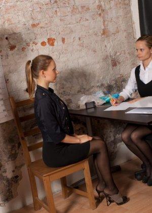Девушка приходит на кастинг, чтобы показать на искусственном фаллосе свое искусство минета