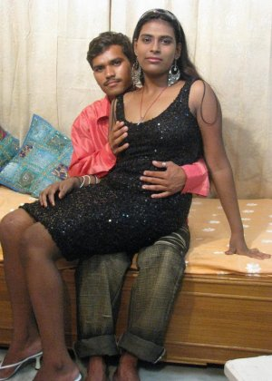 Индийская семейная пара занимается привычным сексом перед другом
