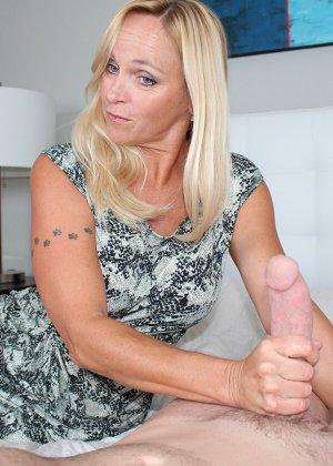 Опытная блондинка знает, как ублажать мужчину и делает это действительно качественно, доводя до конца