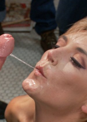 Мона Вэйлес - распутная красотка, которая готова вытерпеть многое ради удовольствия мужчин