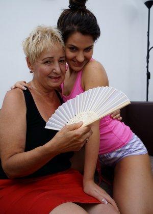 Молодая девушка развлекается со зрелой женщиной, познавая друг друга в лесбийских ласках