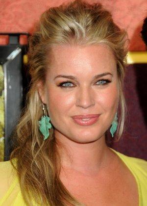 Сексуальная актриса Ребека улыбается своими большими губками перед камерой