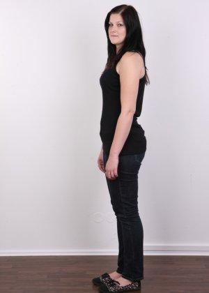 Женщина с не очень большой жопой вывалила свои стремные дойки