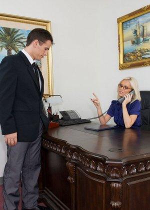 Телка вызывает своего подчиненного в кабинет, она не носит трусов, чтобы ее киску могли обработать без лишней суеты
