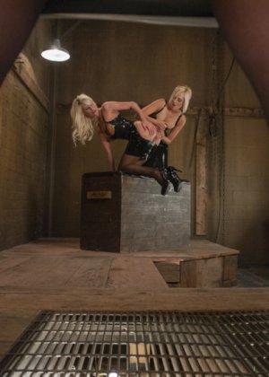 Сногсшибательным блондинкам Райли, Кэйт и Мари подавай растянутые попки для шикарного отлиза