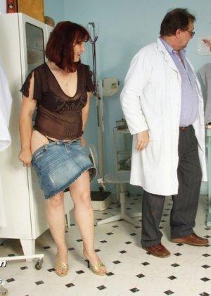 Зрелая женщина приходит на осмотр к гинекологу, а там оказывается мужчина, который вставляет расширитель