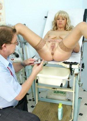 Русский на приеме у гинеколога в чулках старые где впихивают член