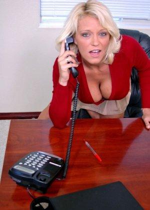 Начальник подложил свою зрелую, но красивую секретаршу своему арабскому бизнес-партнеру, тот натянул ее дырку