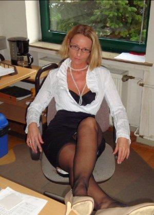 Страстная секретарша мастурбирует свою шмоньку в шефа дома