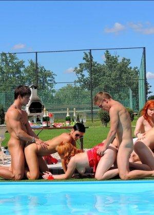 Около бассейна внезапно началась оргия, мужики ебут нескольких шлюшек и двоих бисексуалов во все дыры