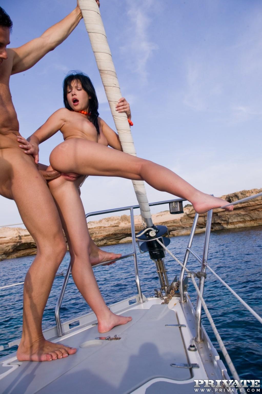 секс с красивыми брюнетками на яхте
