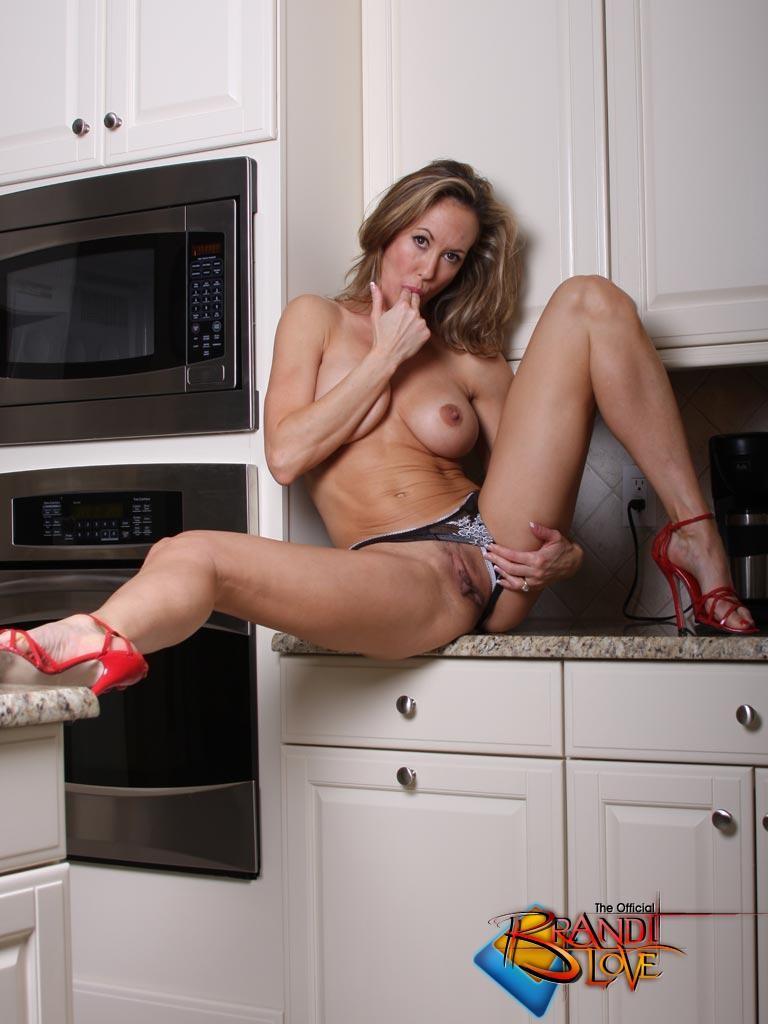 пожилая на кухне мастурбирует чувствует груз ответственность