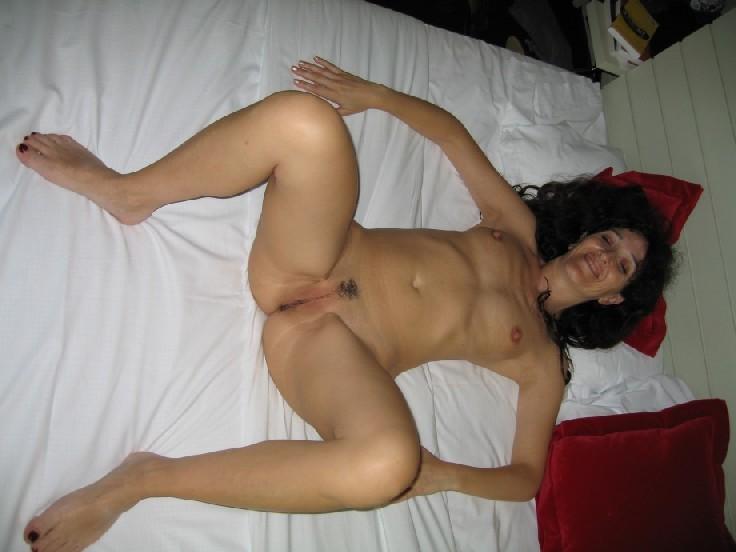 Женщина развлекается  секс игрушками, прикрепленными к поверхности стола