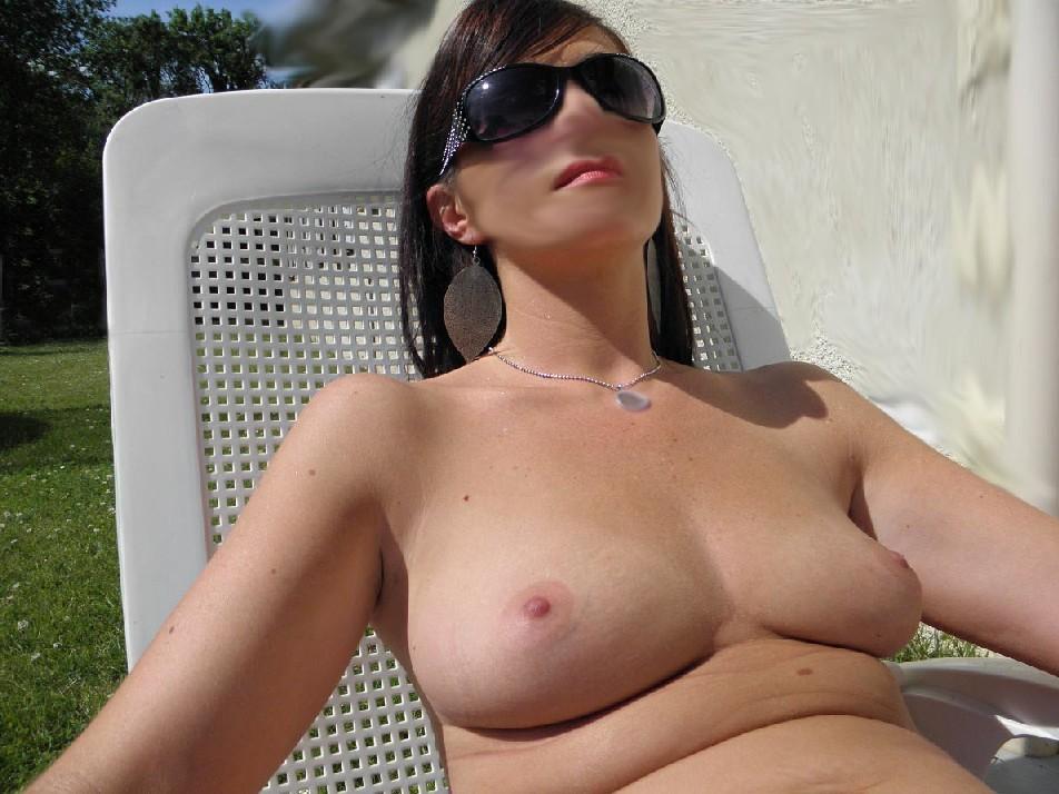 Сняла лифчик, чтобы грудь хорошенько загорела на солнышке